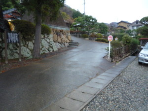 Path from the parking space to the main temple
